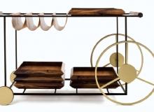 Carrinho de Chá com estrutura em aço carbono Pintura epóxi / banho cor latão. Opções de madeira: Tauari, Freijó ou Imbuia couro natural ou envelhecido. Medidas em cm: 132 x 48 x 73H.