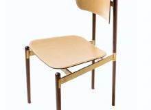 Cadeira em aço carbono com pintura epóxi ou banho cor latão. opções de madeira: Tauari, Freijó, Ebanizada ou Imbuia. Assento e encosto em sola crua ou sola revestida de couro natural ou couro envelhecido. Medidas em cm: 47 x 52 x 84H.