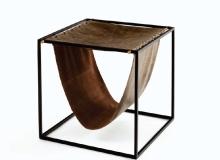 Apoio com estrutura em aço carbono Pintura epóxi / detalhes banho de latão couro natural ou envelhecido. Medidas em cm: 40 x 40 x 40H.