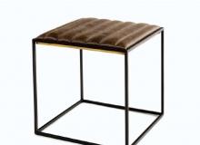 Apoio com estrutura em aço carbono Pintura epóxi / detalhes de latão couro natural ou envelhecido. Medidas em cm: 40 x 40 x 40H.