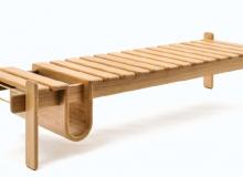 Banco em madeira, com opção: Tauari, Ebanizada, Imbuia ou Freijó. Detalhes de banho de latão. Medidas em cm: 203 x 63 x 39H.